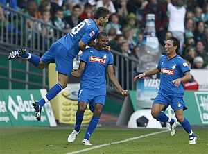 Ibisevic, Compper y Tobias Weis, del Hoffenheim, celebran un gol ante el Werder Bremen. (AFP)