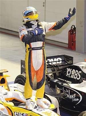 Alonso celebra su victoria en Singapur. (AP)