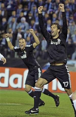 Van Nistelrooy y Pepe celebran el primer tanto del Real Madrid. (Foto: AFP)