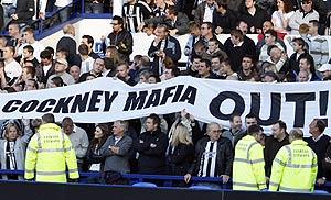 Aficionados del Newcastle protestan contra los dueños del club (Foto: AFP)