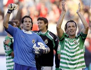Los jugadores del Racing, sin publicidad en sus camisetas. (Foto: EFE)