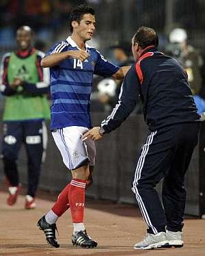 Gourcuff recibe la feliticación de Boghossian, asistente de Domenech. (Foto: AFP)