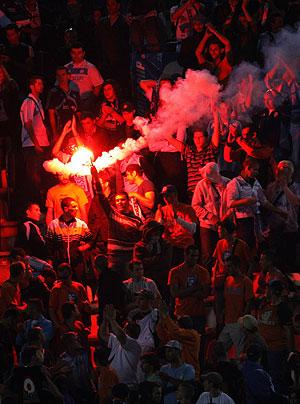 Los aficionados del Olympique, en la grada del Calderón. (AP)
