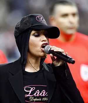 La cantante francesa de origen tunecino Laam cantó La Marsellesa silbada por gran parte del público en el amistoso Francia-Túnez. (AFP)