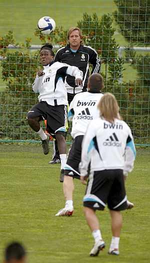 Schuster observa las evoluciones de su equipo en un entrenamiento. (EFE)