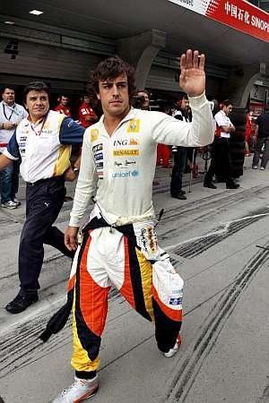 Fernando Alonso, en el 'paddock' de China. (Foto: EFE)