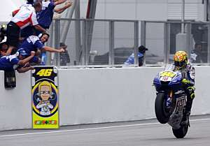 Valentino Rossi cruza la línea de meta. (Foto: AFP)
