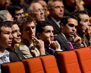 D izda. a dcha.: Cavendish, Evans, A. Schleck, Sastre, Contador y Sánchez, durante la presentación. (Foto. EFE)