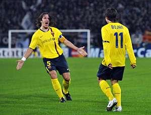 Puyol y Bojan celebran un gol del Barça. (Foto: AFP)