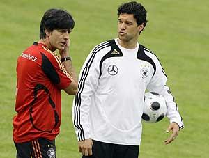 Joachim Löw y Michael Ballack en un entrenamiento con Alemania (Foto:REUTERS)
