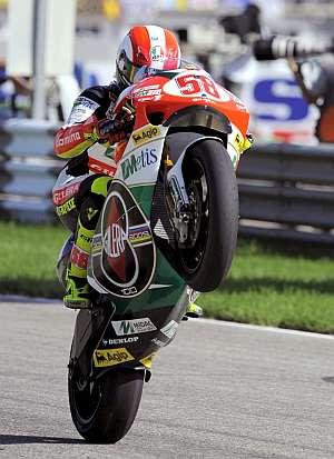 Marco Simoncelli, en el momento de atravesar la línea de meta. (Foto: EFE)