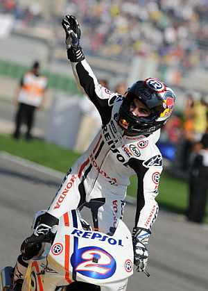 Pedrosa saluda tra la carrera de Valencia. (Foto: AFP)