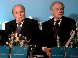 Ramón Calderón (d), junto a Joseph Blatter, presidente de la FIFA. (Foto: EFE)