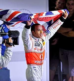 Lewis Hamilton celebra su primer título mundial. (Foto: EFE)