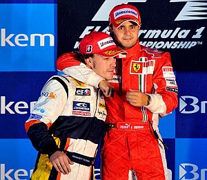 Felipe Massa abraza a Fernando Alonso. (Foto: EFE)