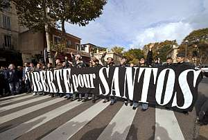 Concentración en Marsella reclamando la libertad de Santos Mirasierra. (Foto: AFP)