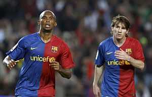 Samuel Eto'o y Messi celebran un gol ante el Valladolid. (EFE)