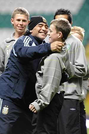 Maradona saluda a un muchacho, durante un entrenamiento con Argentina. (AFP)