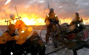 Varios miembros de la tripulación en la cubierta del Telefónica Azul. (Foto: Equipo Telefónica)
