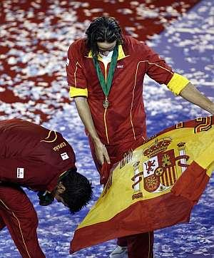 Fernando Verdasco (i) y Feliciano López (d) bromean tras conseguir el título de la Copa Davis. (EFE)