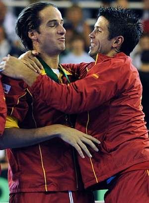 Feliciano y Verdasco se abrazan tras ganar la final de la Davis. (Foto:AFP)