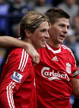Fernando Torres (i) y Steven Gerrard. (Foto: EFE)
