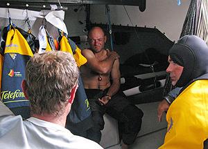 Laurent Pages, lesionado en el hombro a bordo del Telefónica Azul. (Foto: Gabriele Olivo)