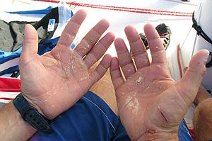Las manos de un tripulante del Telefónica Azul. (Foto: Gabriele Olivo)