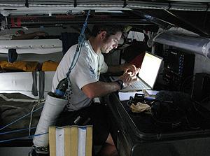 Pepe Ribes actualiza su blog de elmundo.es desde el Telefónica Azul rumbo a La India. (Foto: Gabriele Olivo)