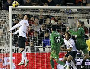 Baraja a punto de marcar el gol de la victoria para su equipo (FOTO:EFE)
