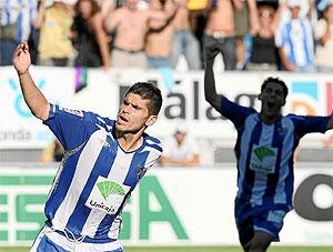Antonio Hidalgo, del Málaga, celebra uno de sus dos goles en el partido. (P. ORTEGA)