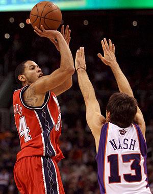 Harris lanza ante Nash. (Foto: EFE)