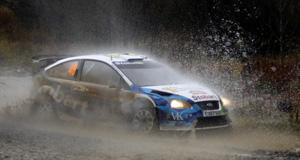 Valentino Rossi, pilotando un Ford en el Rally de Gales con el número 46. (Foto:AP)