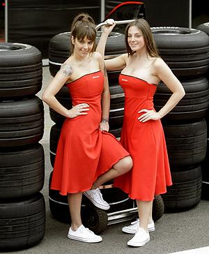 Dos modelos posan durante el pasado Gran Premio de Brasil en Interlagos. (Foto: REUTERS)
