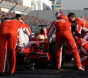Trabajadores de Ferrari, durante una carrera. (Foto: EFE)