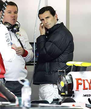 Pedro Martínez de la Rosa, en el box de Force India. (Foto: Reuters)