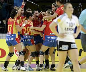 Las jugadoras de la selección femenina celebran su pase a la final del Europeo. (Foto: EPA)