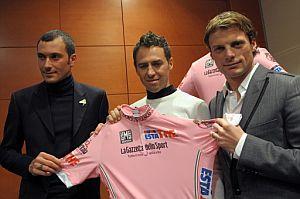 De izquierda a derecha, Ivan Basso, Gilberto Simoni y Danilo Di Luca sostiene la maglia rosa diseñada para la ocasión por Dolce & Gabbana. (Foto: AFP)
