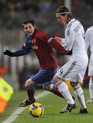 Messi elude el marcaje de Ramos. (AFP)