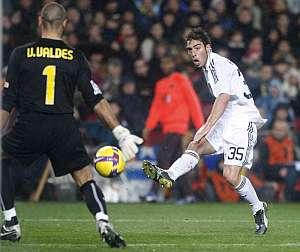 Palanca remata ante Valdés en la mejor ocasión del Madrid en la segunda parte. (Foto: EFE)
