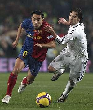 Gago intenta frenar a Xavi. (Foto: AFP)