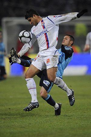 Ziani, del Olympique Marsella, trata de robar el balón a Ederson, del Lyón. (Foto: AFP)