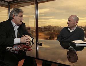 Santillana charla con Orfeo Suárez. (Foto: Antonio Heredia)