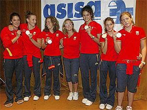 Tarrés y 'sus chicas' al regreso de Pekín. (Foto: Julio Palomar)
