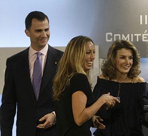 Gemma Mengual, entre los Príncipes de Asturias en la gala del olimpismo español. (REUTERS)