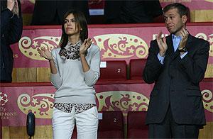 Abramovich con su novia Dasha Zhukova en la final de la Champions League (Foto: AFP)
