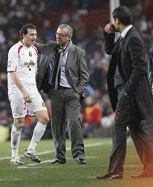 Josemi es consolado por Manzano tras su expulsión. (Foto: EFE)
