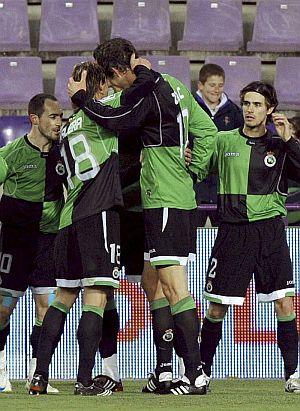 Zigic es felicitado por sus compañeros tras el gol de la victoria. (Foto: EFE)