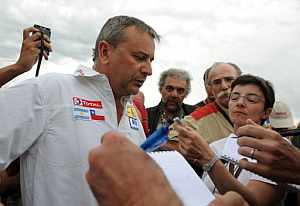 Etienne Lavigne, director del Dakar, responde a los reporteros. (AFP)