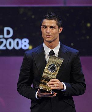 Cristiano Ronaldo posa con el premio en la gala de la FIFA. (Foto: AP)